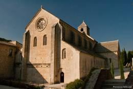 Die Klosterkirche der Abbaye de Sénanque mit dem Eingang