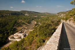 Die Zufahrt zur Abbaye de Sénanque führt über diese kleine Straße