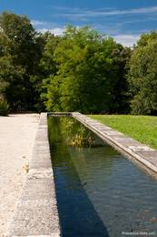 Künstlicher Wasserlauf mit vielen kleinen Fischen auf dem Geländer der Abbaye de Silvacane
