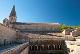 Blick über den Kreuzgang bzw. Innenhof der Abbaye du Thoronet auf die Klosterkirche