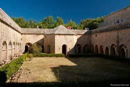 Der Kreuzgang rund um den Innenhof der Abbaye du Thoronet