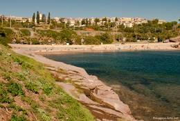 Das westliche Ende des Strandes von Agay mit der Feriensiedlung Cap Esterel im Hintergrund