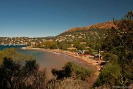 Blick entlang des Strandes von Agay