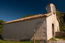 Die kleine romanische Kapelle Saint-Pierre oberhalb von Aiguines