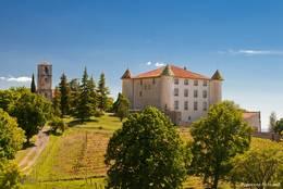 Die Kirche und das Schloss stehen gemeinsam am Rand von Aiguines
