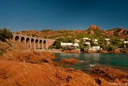 Das Viadukt von Anthéor fügt sich farblich perfekt in die umgebenen rötlichen Felsen des Esterel-Gebirges ein