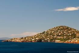 Der größte Teil des kleinen Ortes Anthéor liegt auf diesem Hügel oberhalb der Küstenstraße