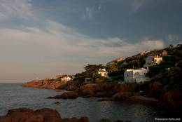 Stimmungsvolles Licht abends an der Küste vor Anthéor