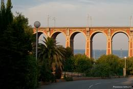Blick von der Landseite durch das Viadukt auf das Mittelmeer vor Anthéor