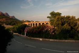 Die Straße unweit der Viaduktes von Anthéor