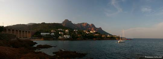 Abendliches Panorama der Bucht in Anthéor