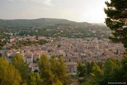 Abendlicher Ausblick über die Stadt Apt, im Hintergrund erheben sich die Berge des Luberon
