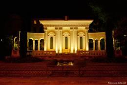 Nächtliche Ansicht des Denkmals zu Ehren der Weltkriegsgefallenen von Apt