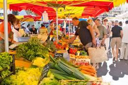 Frisches Gemüse an einem Stand auf dem Wochenmarkt in Apt