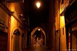 Nachts in einer Gasse der Altstadt von Apt