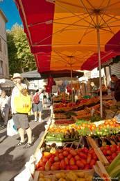 Ein Gemüsestand auf dem Wochenmarkt