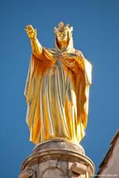Goldene Statue der Sainte Anne auf dem Kuppeldach der Kathedrale von Apt