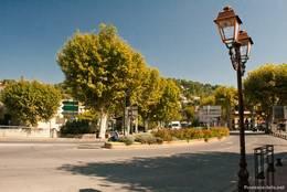 Hauptstraße am Ufer des Calavon am Rand der Altstadt von Apt