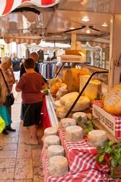 Ein Käsestand auf dem Markt in der Altstadt von Apt