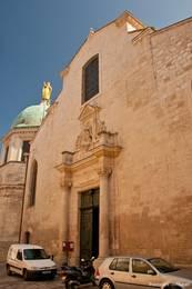 Fassade der Kathedrale Sainte-Anne in den Gassen der Altstadt von Apt