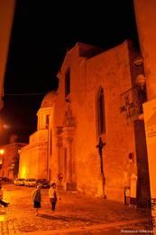 Die Kathedrale Sainte-Anne in der Altstadt von Apt am späten Abend
