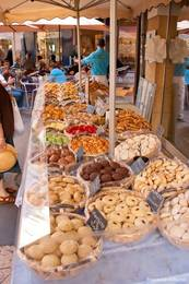 Ein Stand mit Keksen und Plätzchen auf dem Wochenmarkt in Apt
