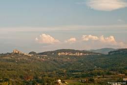 Blick von Apt in die Berge des Luberon