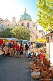 Wochenmarkt in den Gassen vor der Kathedrale Sainte-Anne in Apt