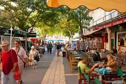 Die Altstadt von Apt an einem Markttag
