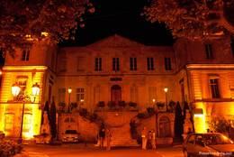 Nächtliche Ansicht des Gebäudes der Unterpräfektur des Départements Vaucluse in Apt