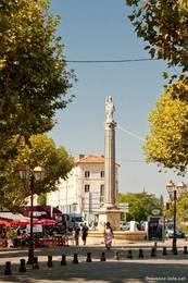 Der Place de la Bouquerie mit einer Statue auf einer Säule am Rand der Altstadt von Apt