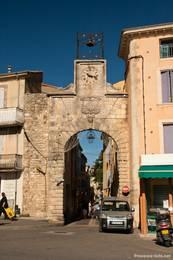 Porte de Saignon am Rand der Altstadt von Saignon