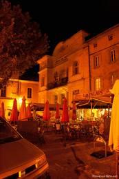 Eine Bar am späten Abend am Rathaus von Apt