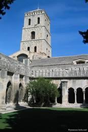 Kreuzgang mit Innenhof im Kloster Saint Trophime in der Altstadt von Arles