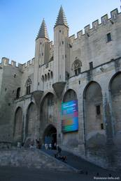 Der Eingang zum Papstpalast in der Altstadt von Avignon