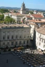 Ausblick vom Papstpalast über den Platz davor und Teile der Altstadt