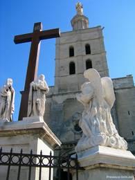 Die Kathedrale Notre-Dame des Doms d'Avignon mit der goldenen Statue der Jungfrau Maria an der Spitze