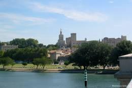 Ausblick von der Rhône-Brücke auf die Altstadt mit dem Papstpalast und der Kathedrale von Avignon
