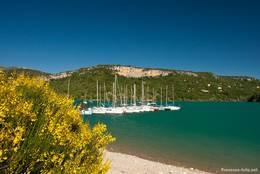 Ein Steg mit Booten am Ufer des Lac de Sainte-Croix in Bauduen