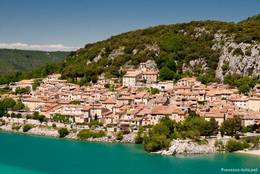 Das Dorf Bauduen am Ufer des Lac de Sainte-Croix