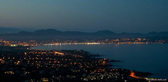 Abendlicher Blick kurz nach Sonnenuntergang von Les Issambres auf die Bucht von Fréjus, im Hintergrund sieht man die Berge des Esterel