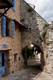 Ein altes Tor im Dorfzentrum
