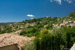 Häuser an den Berghängen außerhalb des historischen Zentrums von Callian