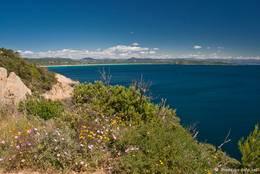 Wunderschöne Aussicht auf das Mittelmeer und den Plage de Pampelonne im Hintergrund