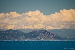 Blick vom Cap Camarat auf das Esterel-Gebirge mit schneebedeckten Gipfeln der Alpen im Hintergrund