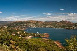 Ausblick vom Bélvédère de la Batterie am Cap Dramont auf die Bucht von Agay und das Esterel-Gebirge