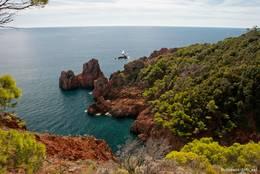 Eine kleine Bucht mit aus dem Meer ragenden roten Felsen am Cap Dramont
