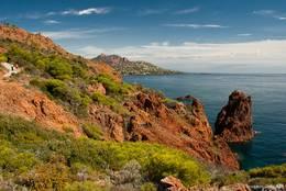 Der Küste beim Cap Dramont ist ein steiler roter Felsen vorgelagert