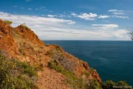 Die roten Felsen des Esterel-Gebirges bestimmen überall das Bild am Cap Dramont