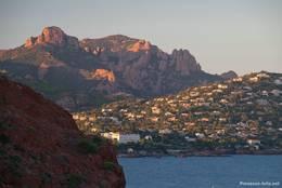 Blick vom Cap Dramont Richtung Agay und Anthéor im Abendlicht
